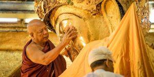 face-washing-ritual-at-mahamuni-pagoda-in-mandalay