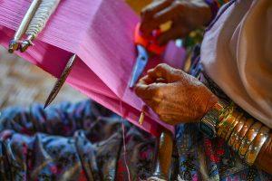 ethnic-minority-kayan-woman-weaving-in-inle-lake