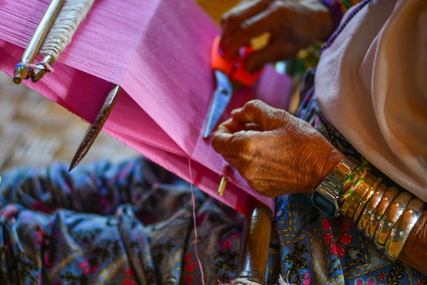 ethnic-minority-kayan-woman-weaving-in-inle-lake