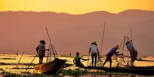 locals-on-their-boats-in-inle-lake