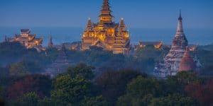 pagodas-in-bagan-at-night