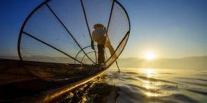fisherman-in-inle-lake-with-a-big-fishing-net