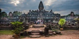 travelers-at-angkor-wat
