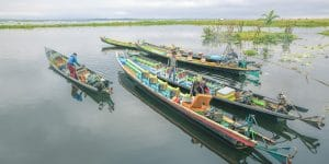 dining-at-a-floating-restaurant-in-inle-lake