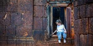 a-little-girl-at-banteay-srei
