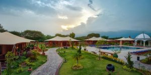 garden-setting-of-bagan-lodge